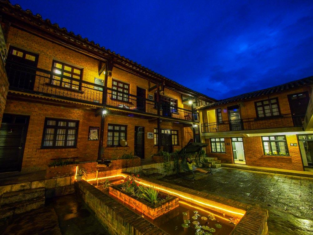 剛天黑的旅舍:靛藍的天空和紅色的磚瓦與黃色的燈光,美極了