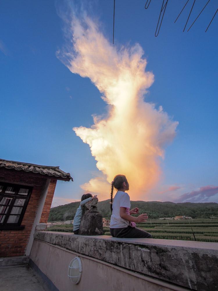 旅舍的屋頂村子的小孩和雲