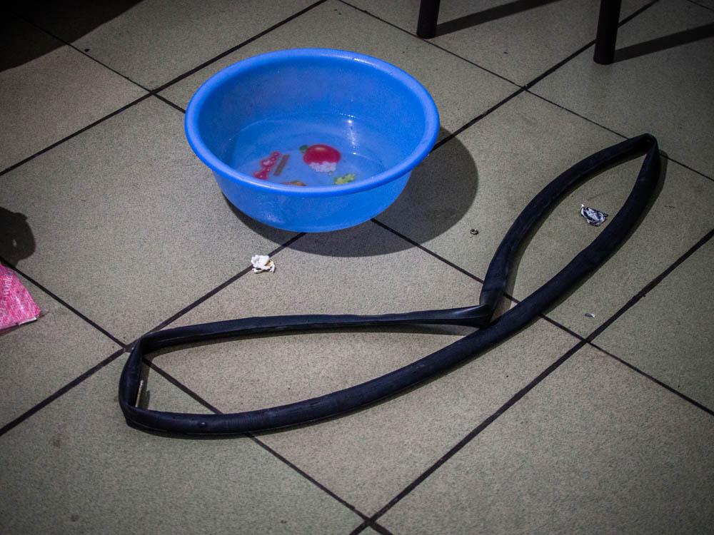 補胎標準流程先找一盆水