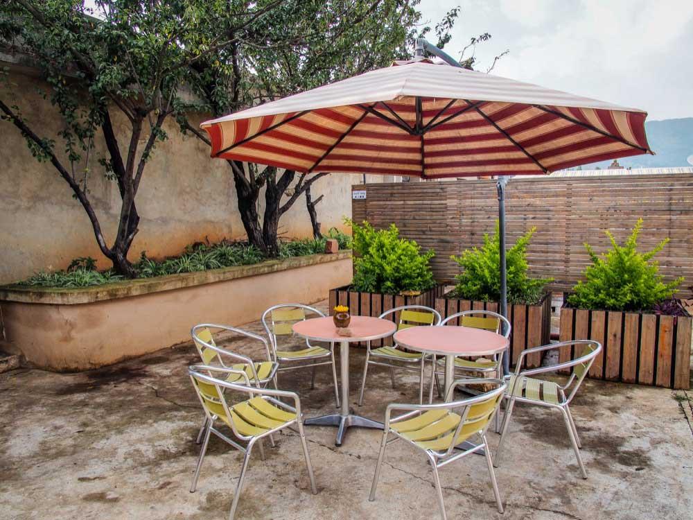 前院放著遮陽傘和椅子