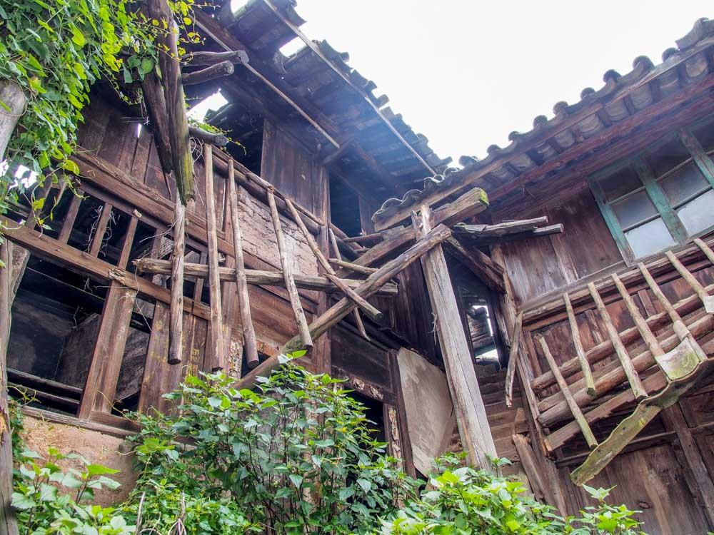年久失修的木造房屋