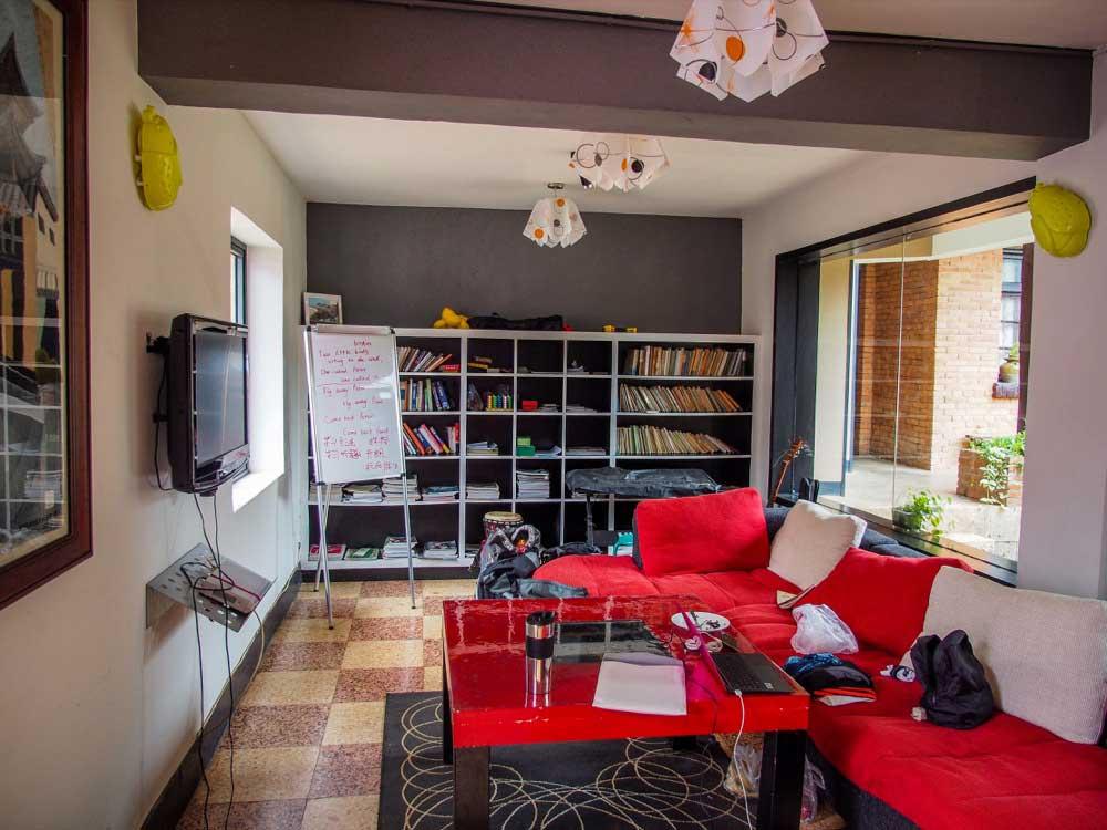交誼廳有舒服的沙發和視聽設備