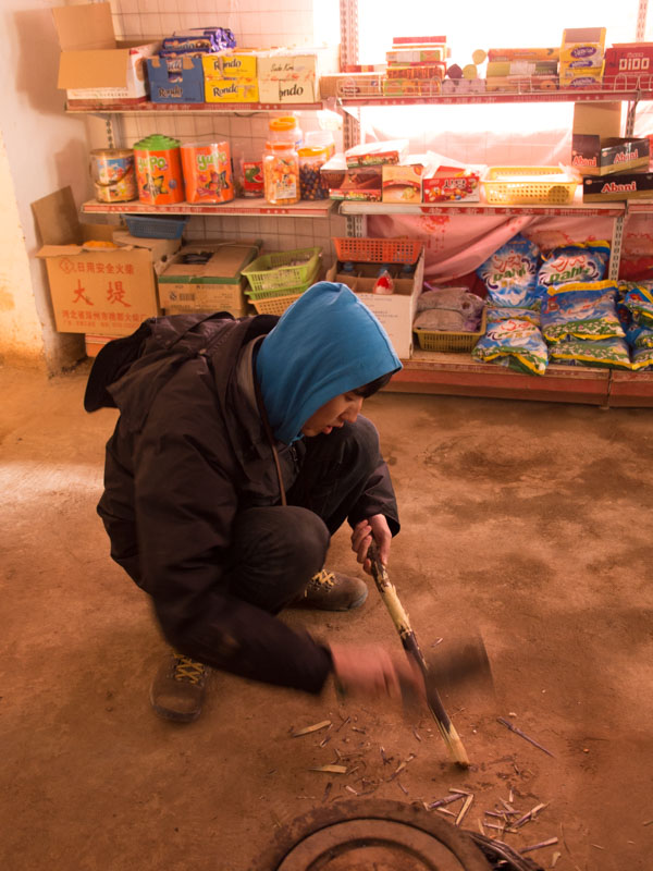 進吐峪溝麻扎村前,亦達削了根甘蔗