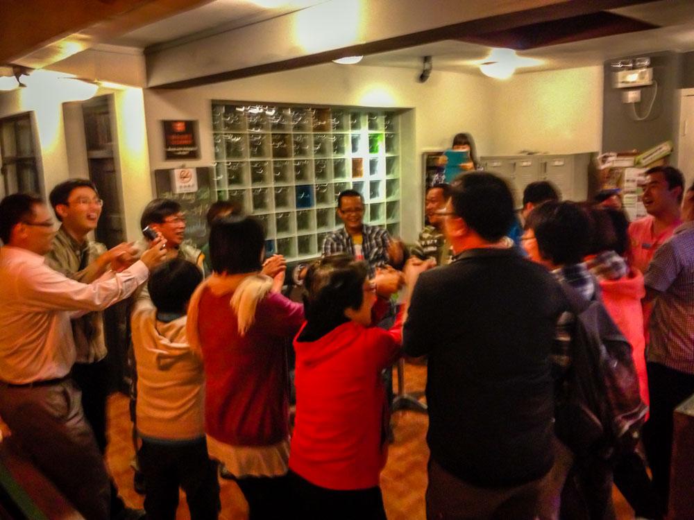 大家圍在一起又唱又跳