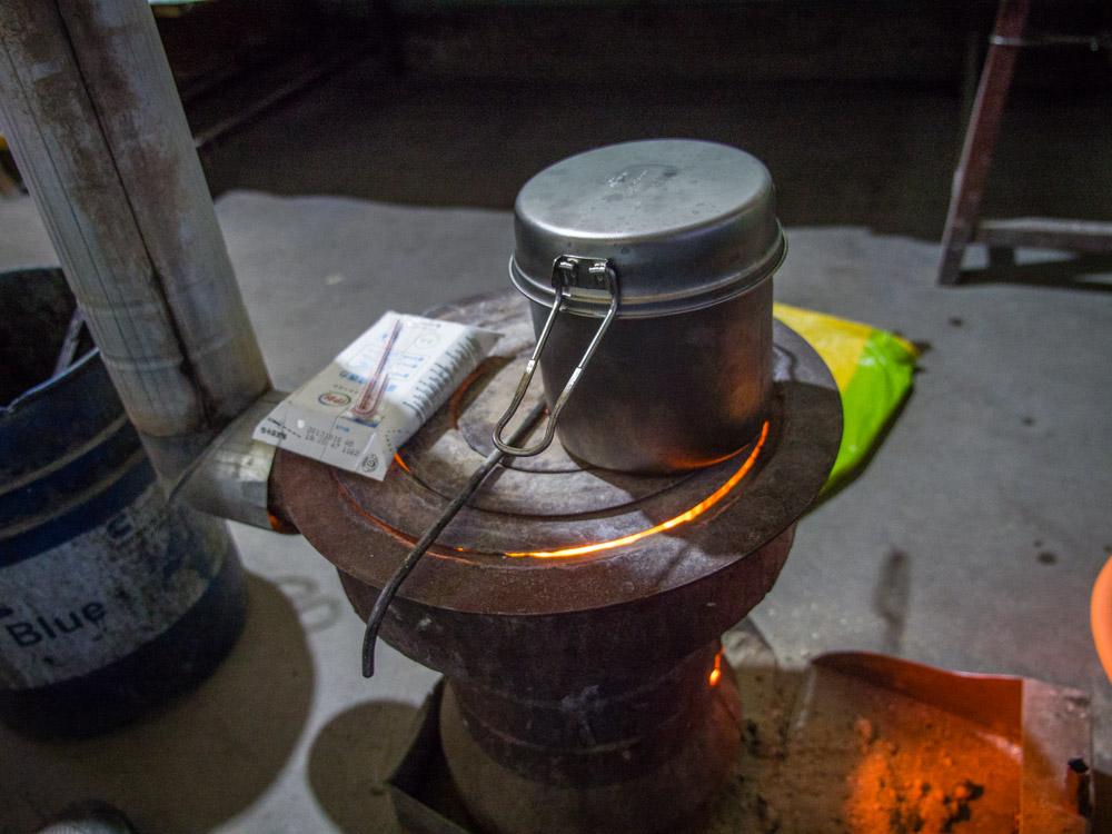 早上用碳爐燒水加熱牛奶