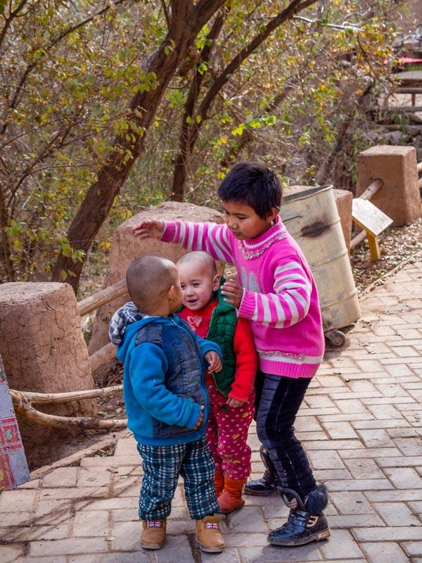 吐峪溝麻扎村中的小朋友