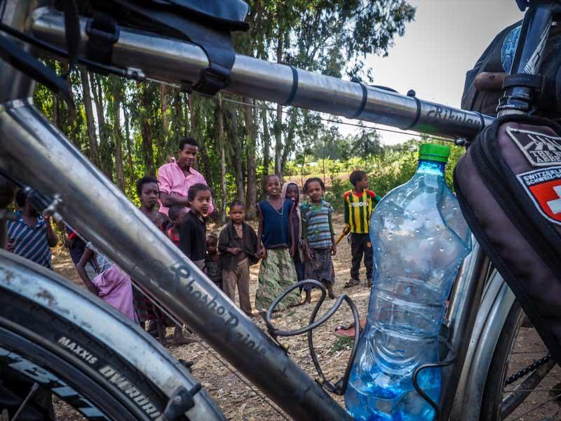 衣索比亞鄉民們圍觀我的台灣雲豹鈦合金旅行車