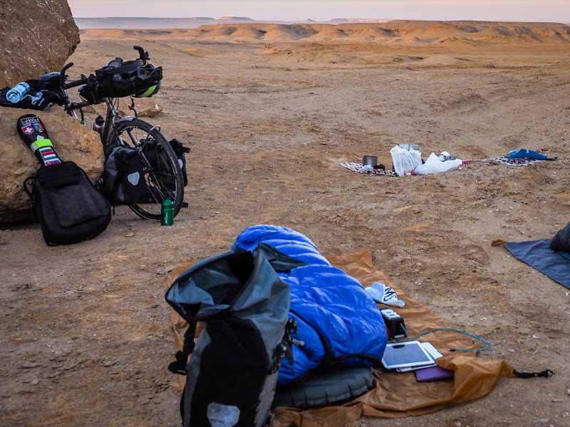 一次攻頂的睡袋和睡墊,讓我在沙漠中也能睡得像小孩一樣