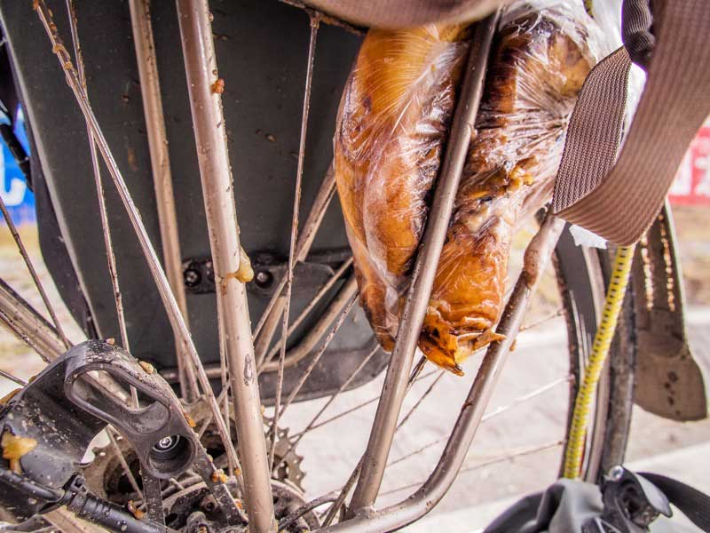 堅固又好看的 tubus 不鏽鋼貨架,和我的鈦合金車架超配!香蕉捲進去只有爛掉的份