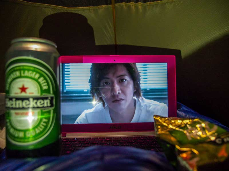 在帳棚裡一邊喝啤酒吃洋芋片一邊看 Hero2