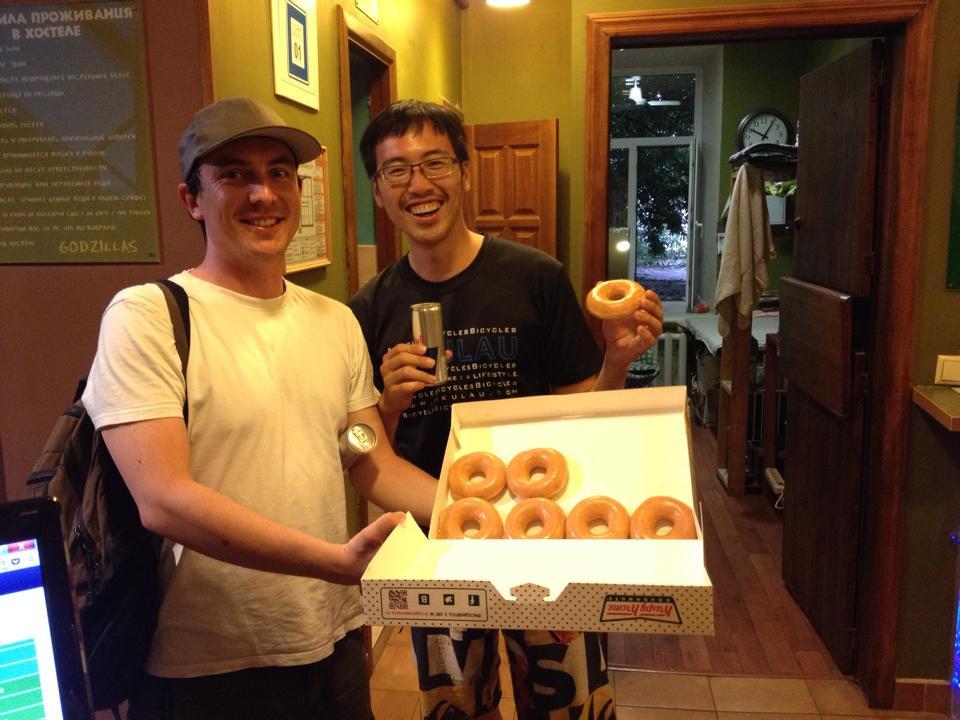 我和我的新德國朋友 Christian,他在接上閒晃時免費獲得一盒 Krispy Kreme