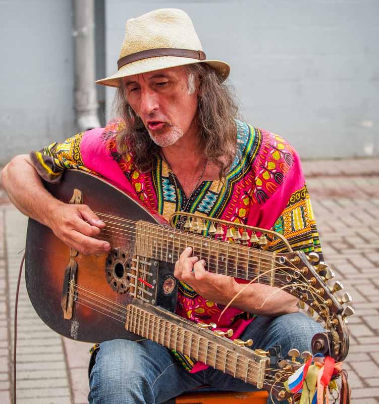 吉他系街頭藝人
