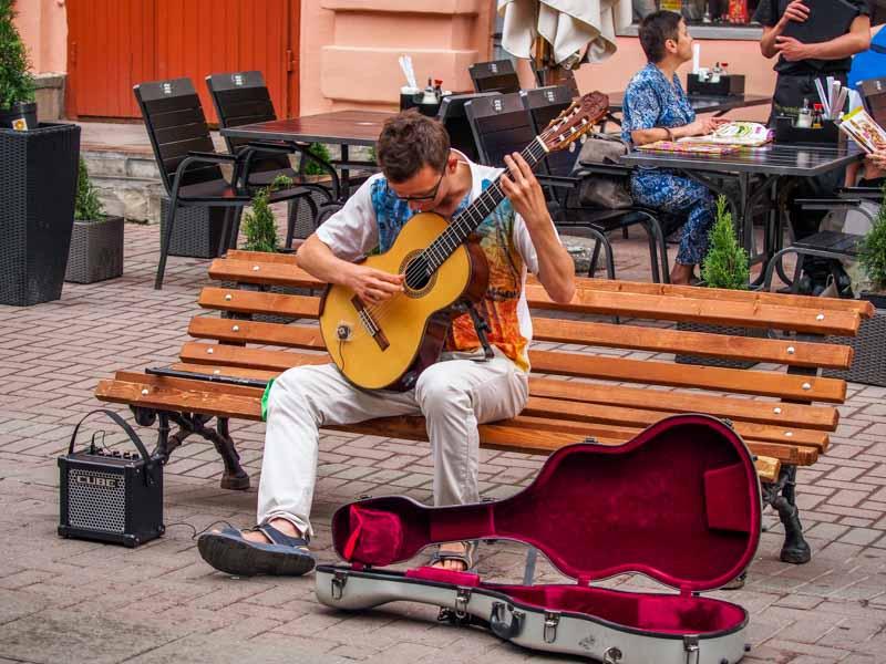古典吉他系街頭藝人