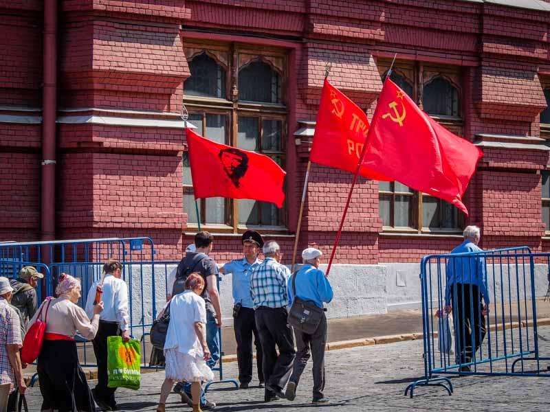 舉著紅旗準備瞻仰列寧遺體的忠誠黨員