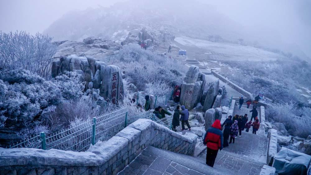 夜爬東嶽泰山看日出,小心別被凍成冰棒